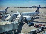 samolot na lotnisku w trakcie transferu pasażerów