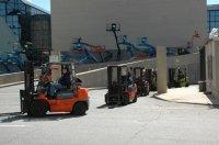 Wózki widłowe na placu